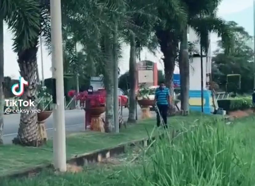 [VIDEO] Tak Boleh Balik Kampung, Gadis Sebak Jumpa Ibu Bapa Di Sempadan Negeri 5