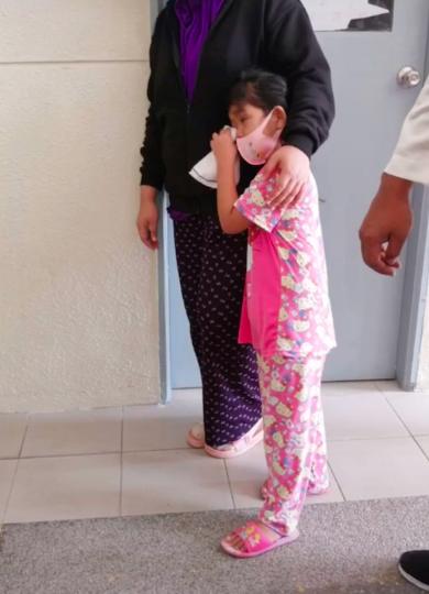 [VIDEO] Setia Tunggu Luar Wad, Kanak-Kanak Sedih Bila Doktor Beritahu 'Ibu Dah Tak Dapat Diselamatkan..' 4