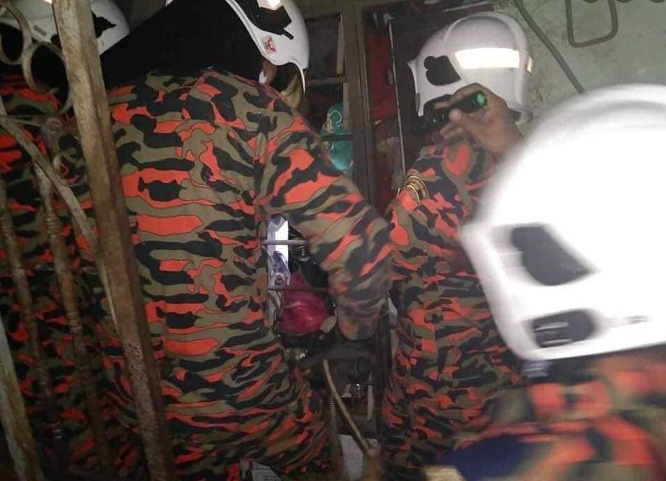 Rumah Penuh Sampah Macam Kapal Pecah, Uncle Terperangkap Berjaya Diselamatkan Bomba 12