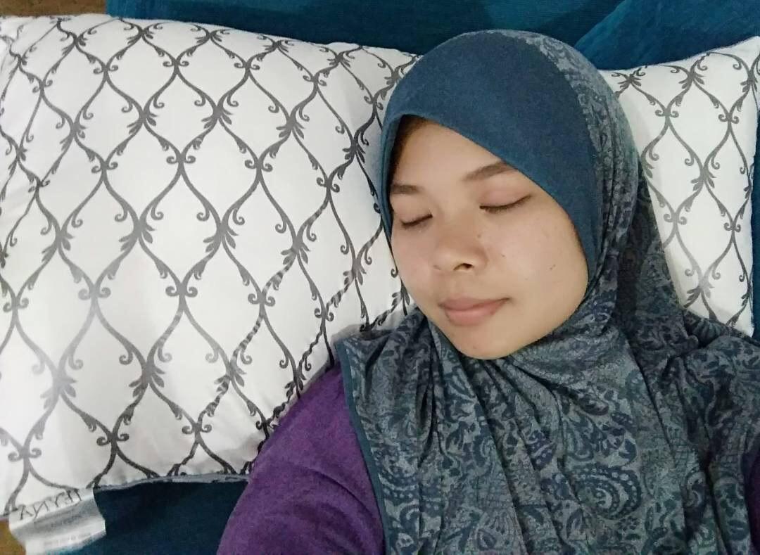 perempuan melayu tidur dengan bantal LEYNA