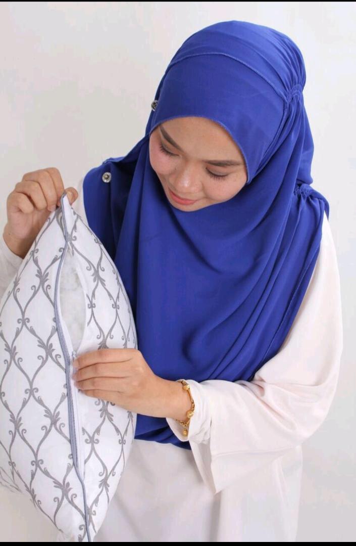 perempuan tunjuk zip tersorok pada bantal LEYNA