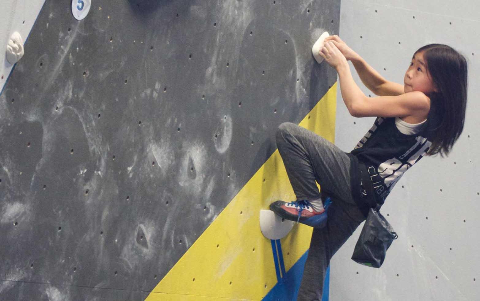 budak main rock climbing